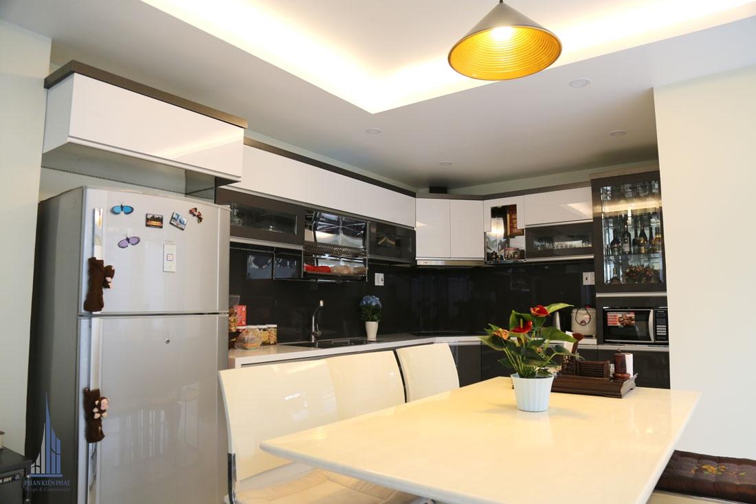 Không gian bếp được bố trí khoa học, hiện đại với hệ tủ gỗ công nghiệp cao cấp