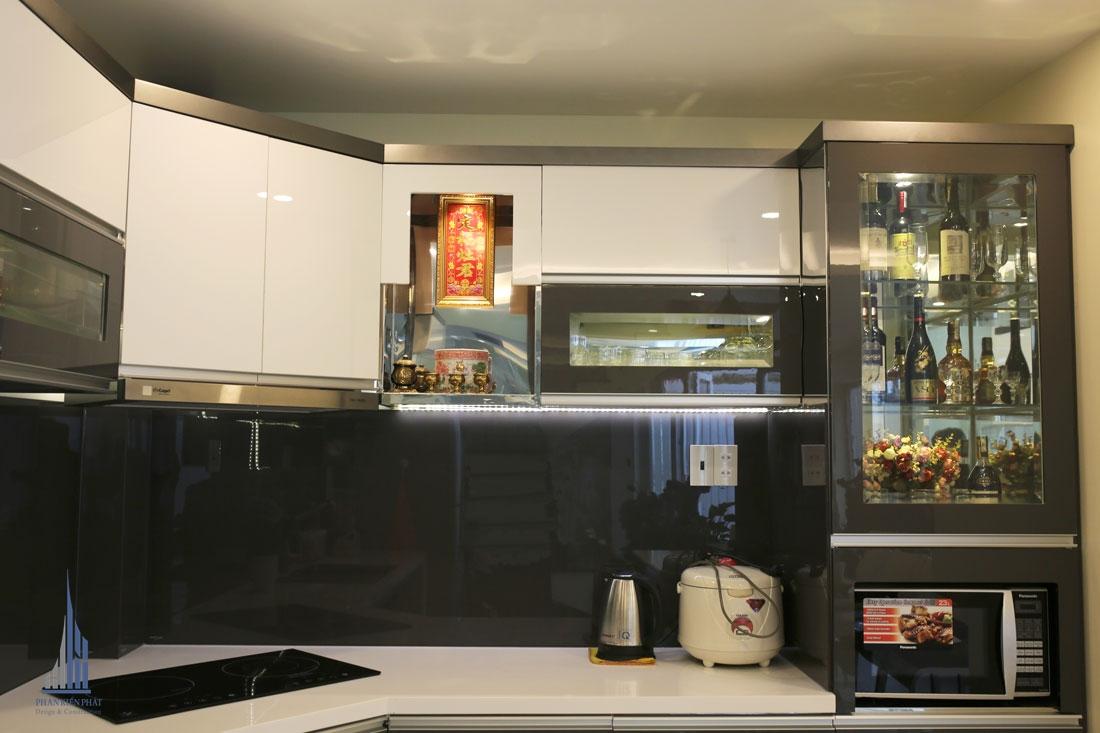 Tủ đựng rượu được bố trí hợp lí tăng thêm phần sang trọng cho không gian bếp