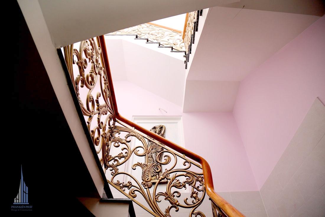 Cầu Thang Hoàn Thiện View 1Cầu thang với họa tiết trang trí nổi bậc làm căn nhà tăng thêm vẻ đẹp và sang trọng cho căn nhà