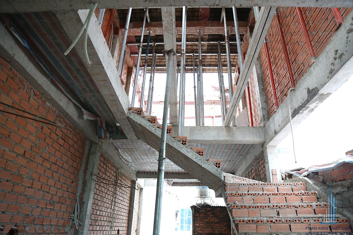 Cầu thang nối tầng 3 với mái