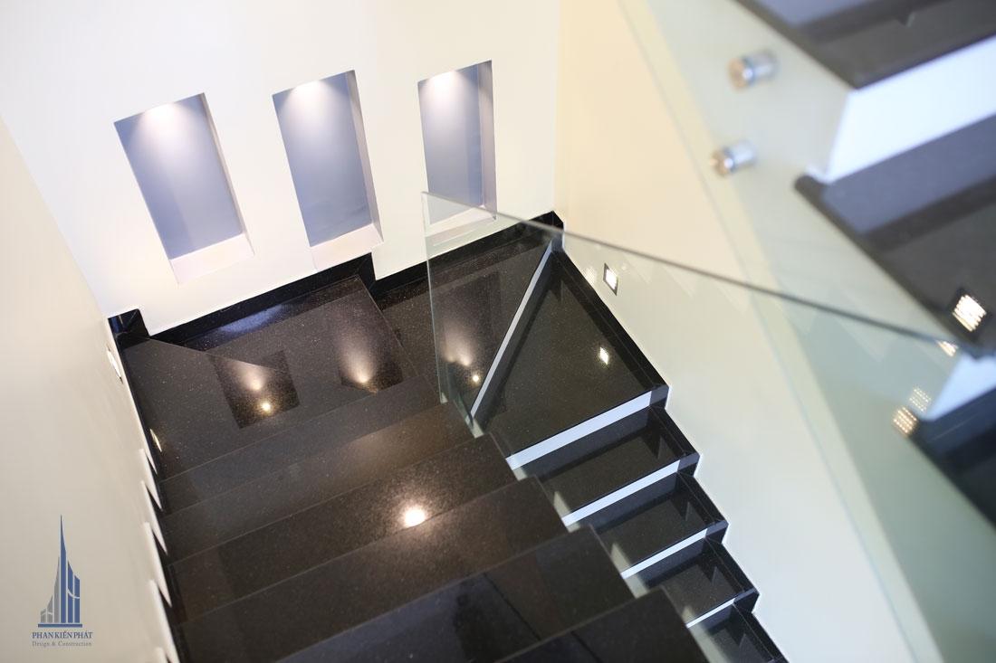 Cầu thang được lót đá granite cao cấp tăng thêm vẻ đẹp sang trọng cho ngôi nhà