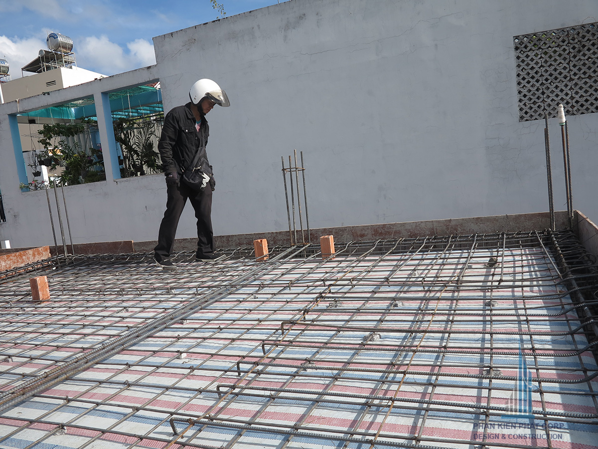Chủ đầu tư kiểm tra sàn trước khi đổ bê tông