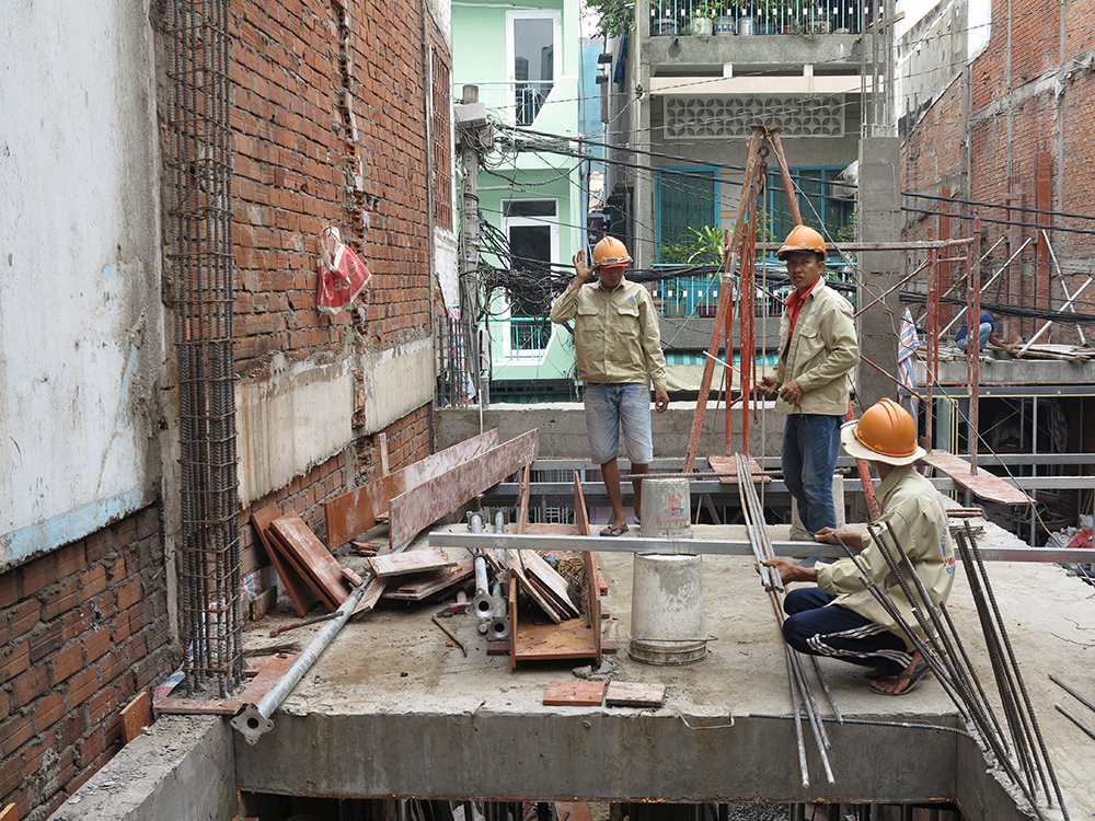 Công đoạn đổ cốt pha cột chuẩn bị sàn lầu 1