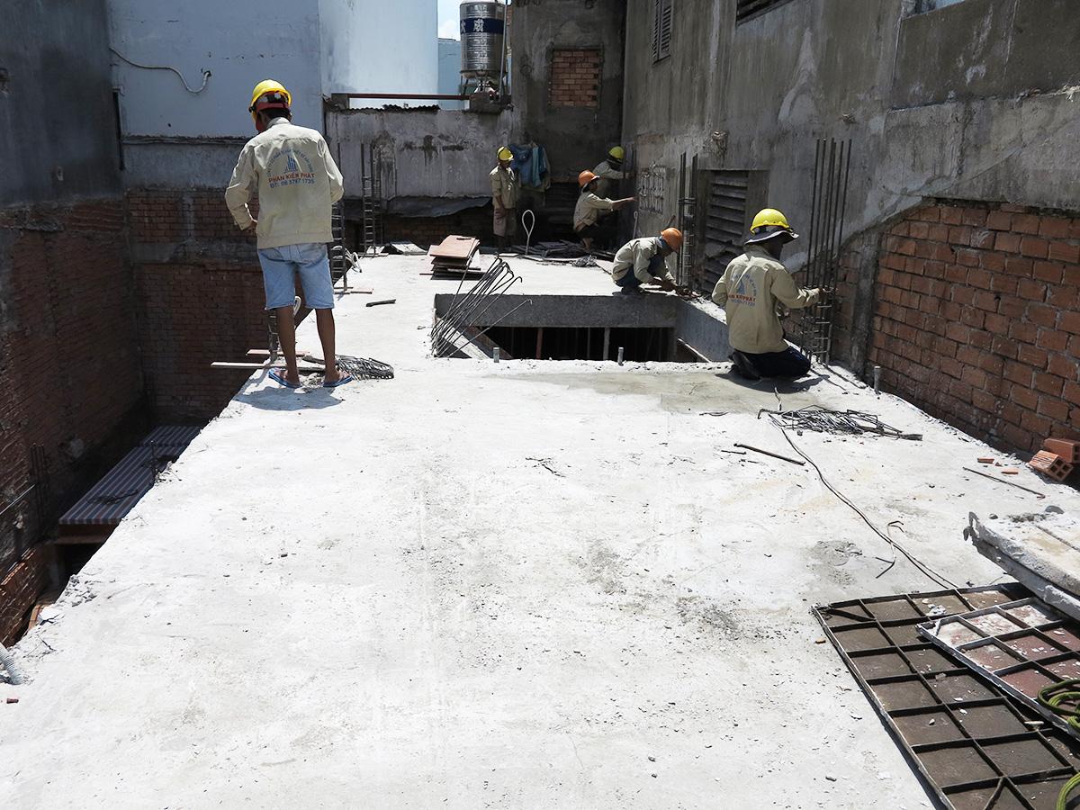 Công đoạn lên sắt cột ghép cốt pha cột lầu 1