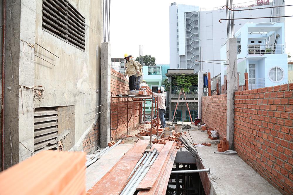 Công đoạn xây tường bao nhà phố 5 tầng