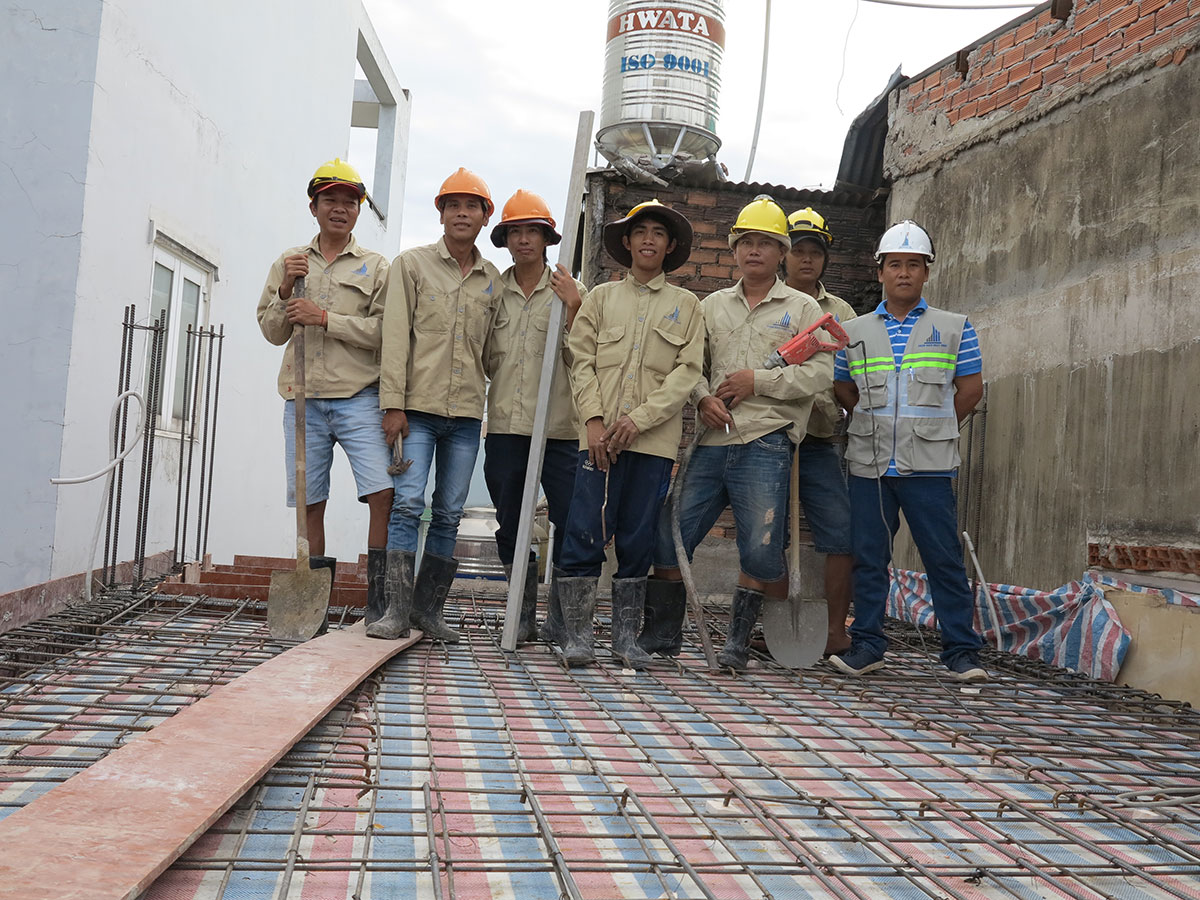 Đội thợ chuẩn bị đổ bê tông sàn tầng 2