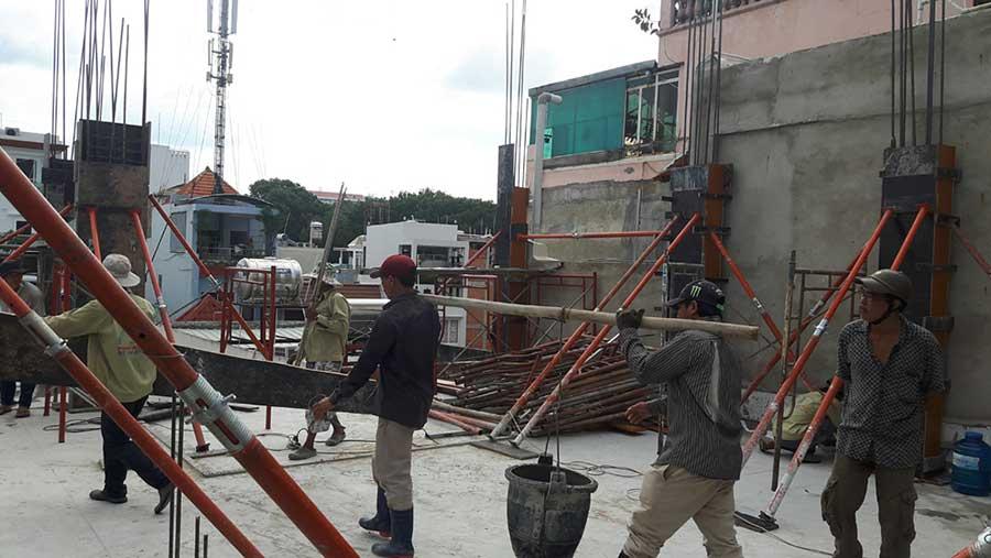 Hình ảnh các công nhân đang đổ cột (3)