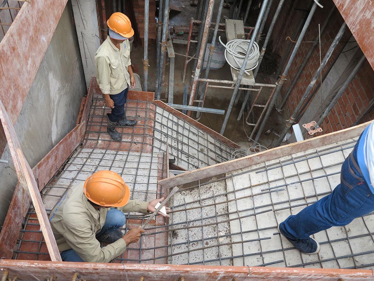 Kiểm tra và rà soát sắt cầu thang lên sàn tầng 2 trước khi đổ bê tông