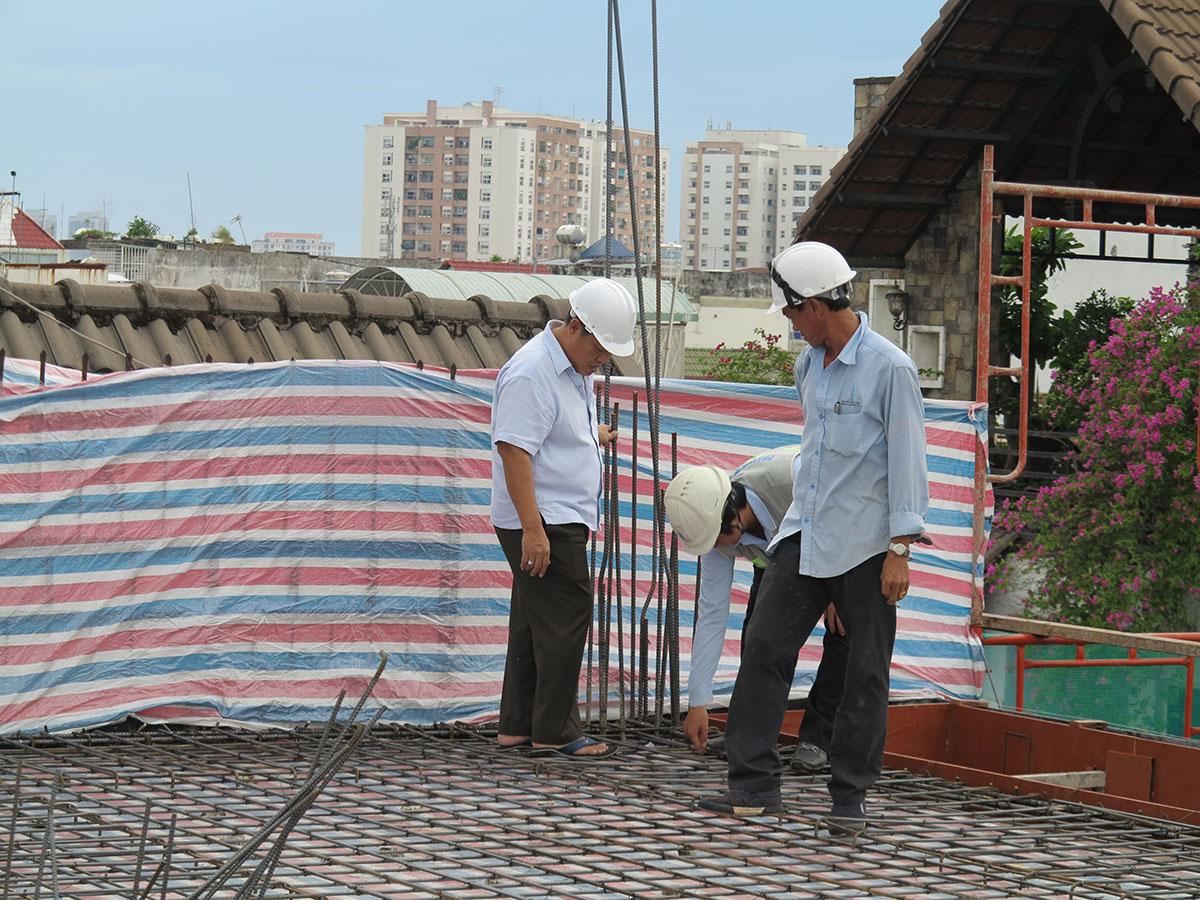 Kỹ sư đang kiểm tra công đoạn cuối trước khi đổ bê tông lầu 5 view 1