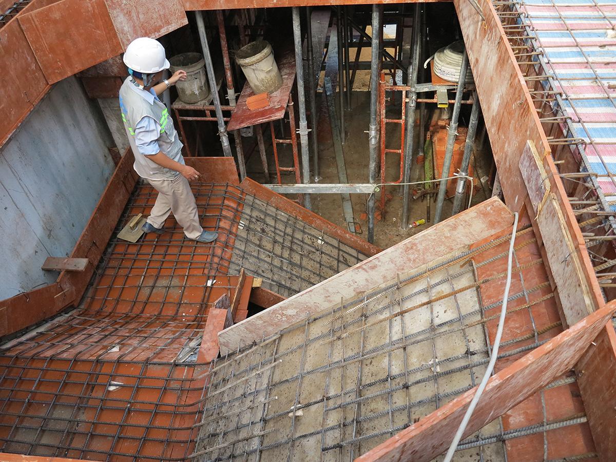 Kỹ sư đang kiểm tra sắt trước khi đổ bê tông