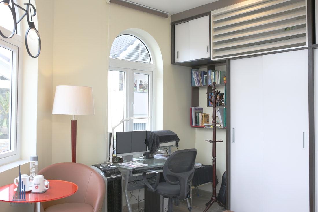 Phòng ngủ con trai được bố trí bàn làm việc cạnh cửa sổ, lấy sáng tự nhiên, tiết kiệm điện