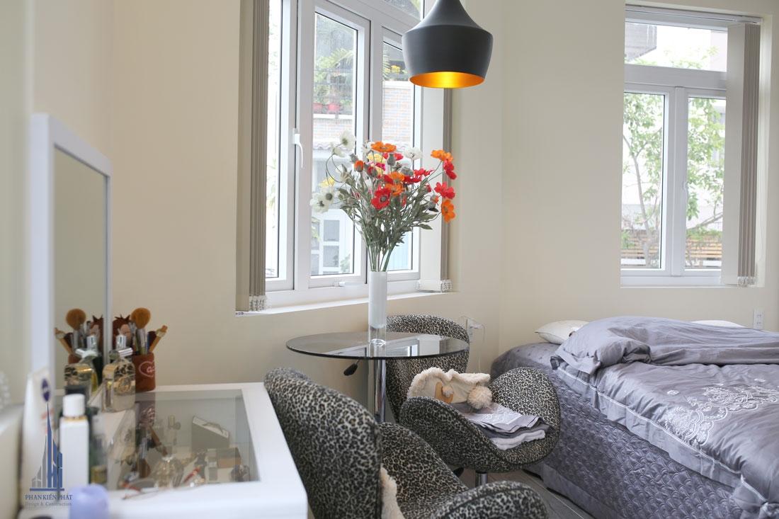 Phòng ngủ master với cửa sổ lớn giúp lấy sáng tự nhiên tạo cảm giác thông thoáng cho căn phòng