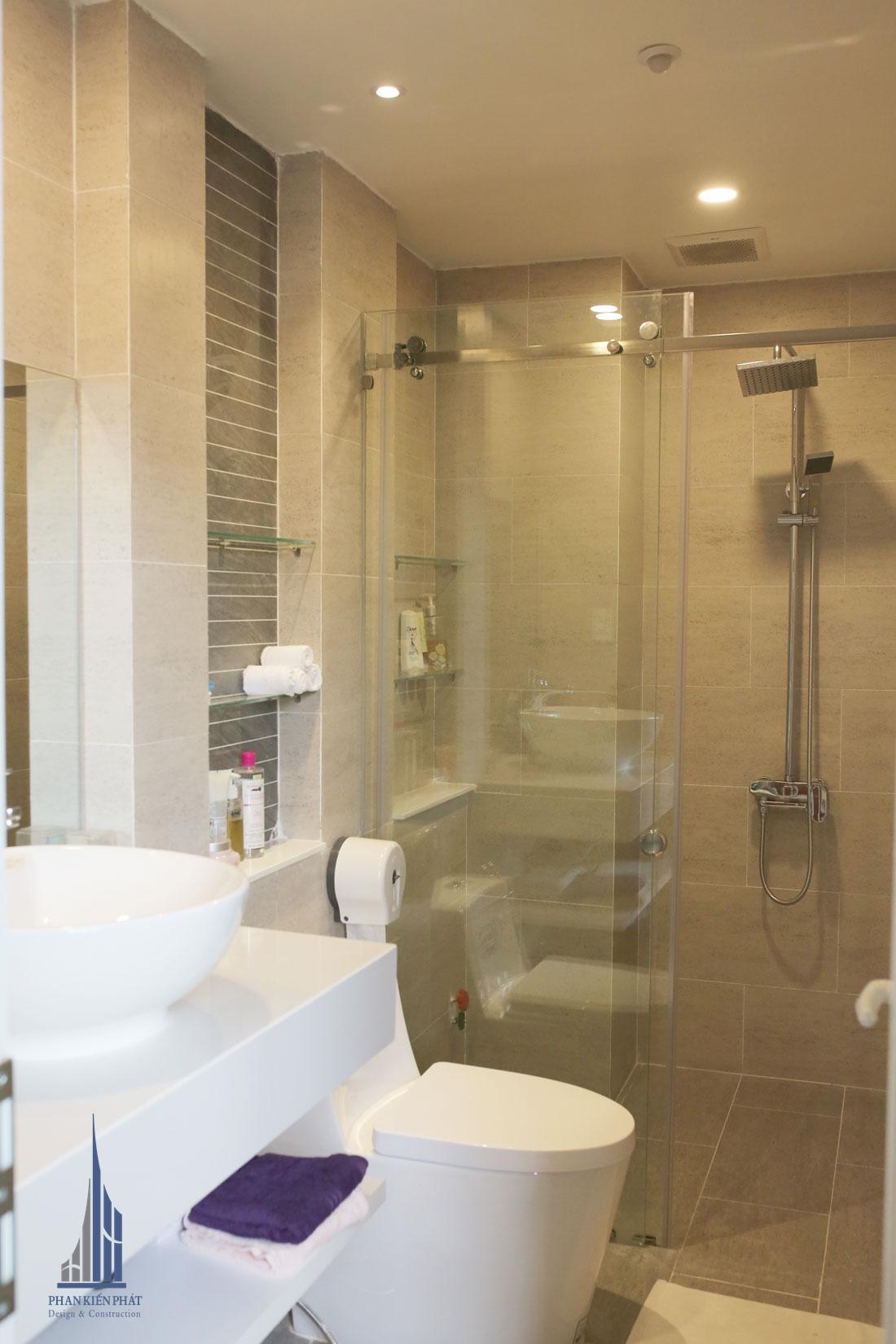 Phòng vệ sinh với gam màu vàng cam tạo cảm giác ấm áp