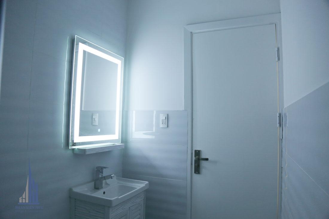 Phòng vệ sinh với gương gắng đèn led mới lạ bắt mắt