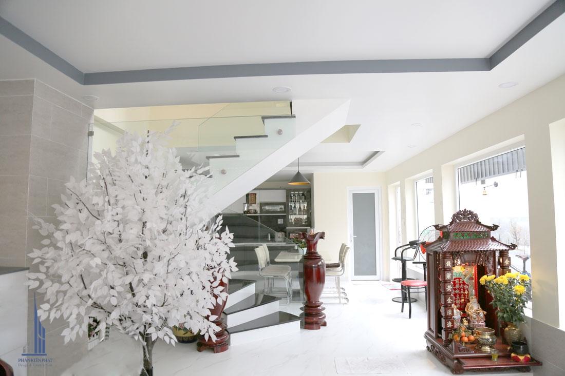 Tầng trệt với gam màu trắng toát lên vẻ sang trọng, hiện đại