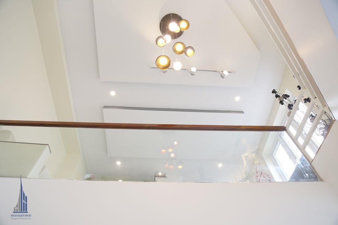 Tầng trệt góc nhìn lên tầng lững với đèn chùm bắt mắt