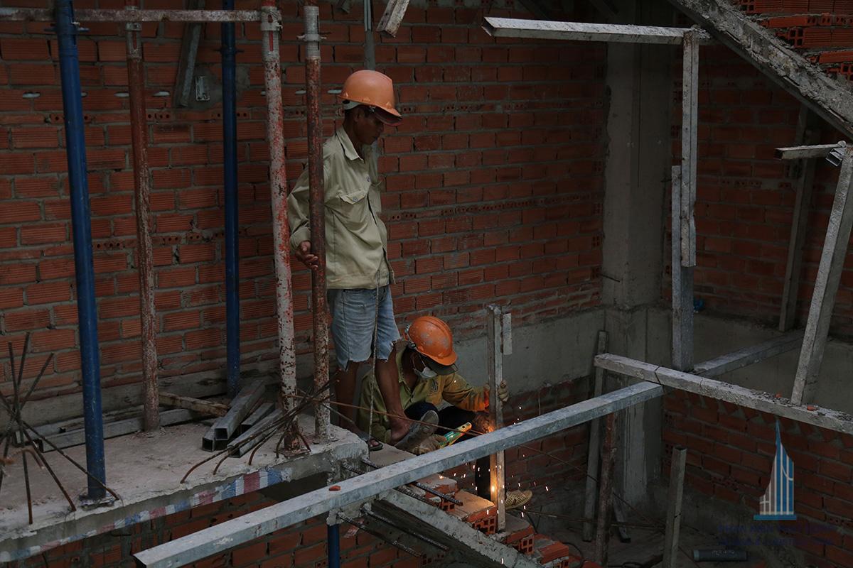 Thợ đang vô sắt trụ cầu thang