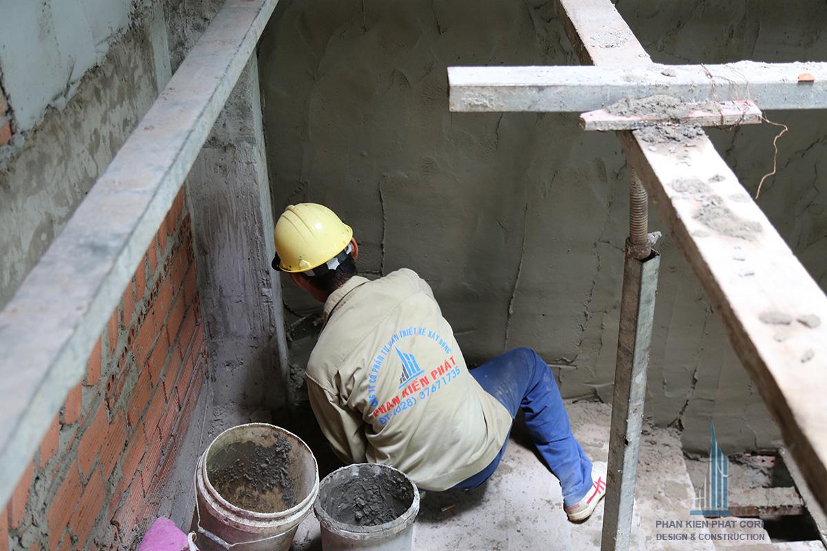 Thợ đang xây tô vách