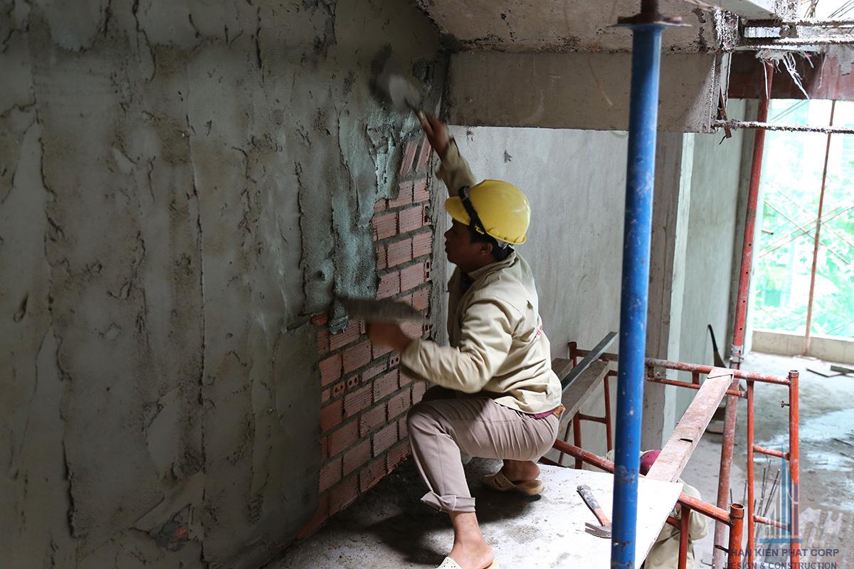 Thợ đang xây tô vách ở tầng trệt