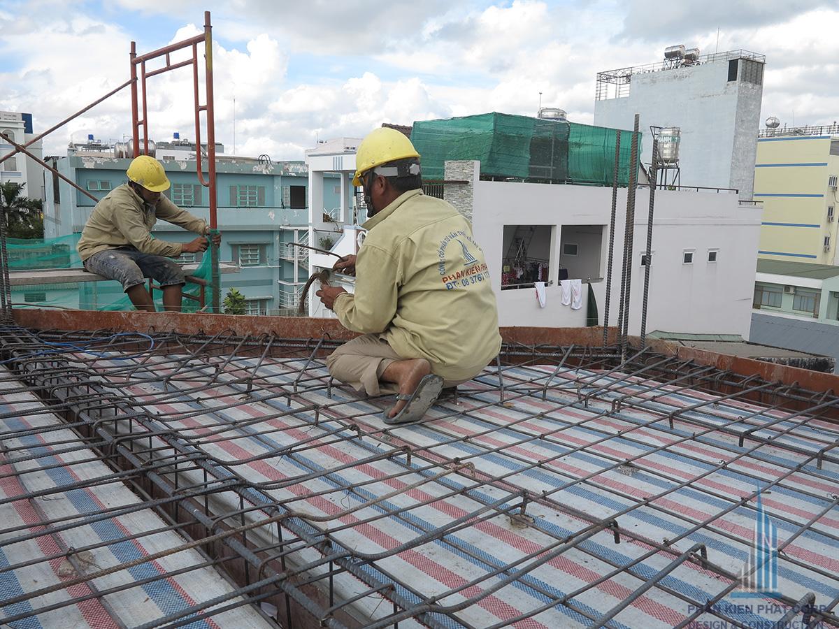 Thợ gia công những công đoạn cuối sàn tầng 3 trước khi đổ bê tông